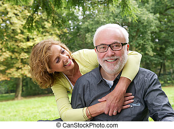 älteres ehepaar, attraktive, draußen, porträt, lächeln