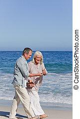 älteres ehepaar, geht, strand