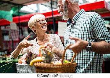 älteres einkaufen, paar, mit, korb, auf, der, market., gesunde, diet.