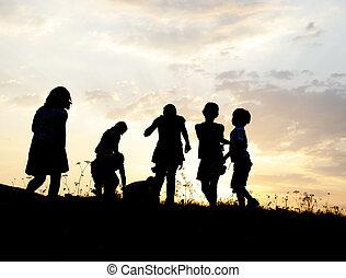 äng, grupp, silhuett, solnedgång, sommartid, leka, barn, lycklig