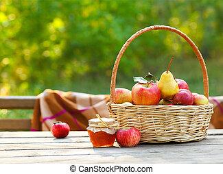 äpfel, in, a, korb, auf, holztisch
