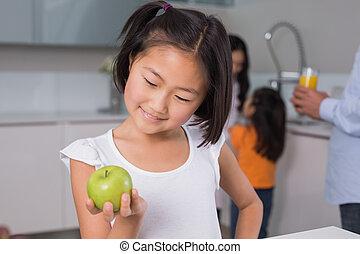 äpple, familj, ung, holdingen, leende flicka, kök