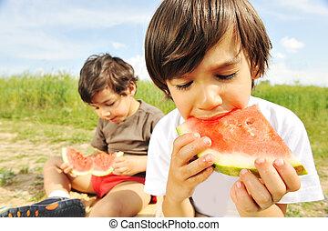 ätande ute, vattenmelon