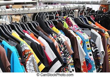 årgång, kläder, av, många färger, till salu, hos, loppmarknad