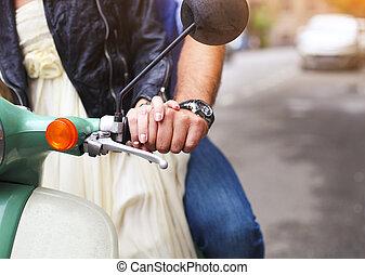 Årgång, sparkcykel, ung, gata, ridande, par, lycklig