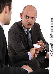 échanger, cartes, deux, hommes affaires