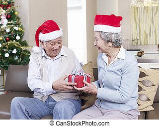 échanger, dons, couples aînés, noël