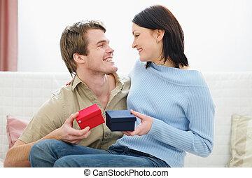 échanger, présente, couple, romantique