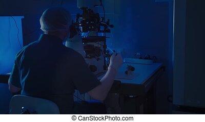 échantillons, moderne, scientifique, examine, experiments., embryologist, microscope, laboratoire, conduite