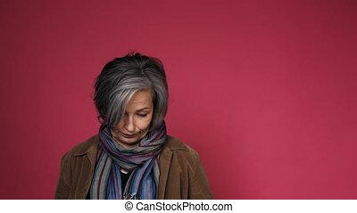 écharpe, appareil-photo., silver-haired, arrière-plan., mûrir, studio, dame, rose, beau, 422, femme, poser, pretended, coloré, innocence, prores