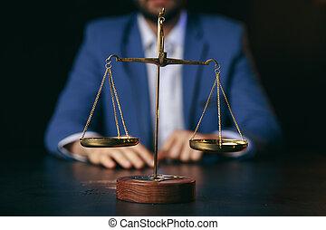 échelle, bureau, justice, concept.male, table bois, avocat, laiton, droit & loi