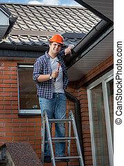 échelle, charpentier, toit, étape, poser, sous, sourire, marteau