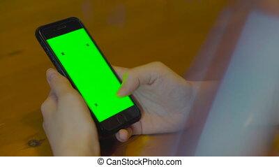 éclat, instagram, nouvelles, toucher, table, closeup., concept., arrière-plan., dame a peau noire , business, réussi, écran, téléphone, utilisation, video., cellphone, bois, vert, 4k, brouter, nourrit
