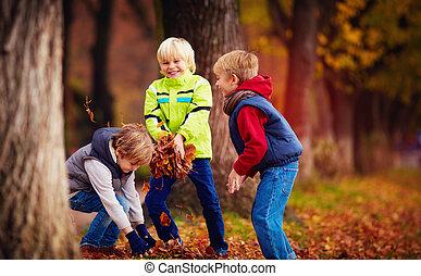 école, lancement, congés tombés, amis, parc, enchanté, automne, amusement, gosses, avoir, heureux