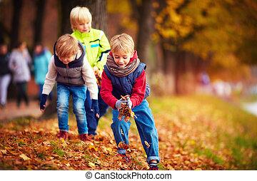 école, lancement, congés tombés, amis, parc, haut, automne, amusement, gosses, avoir, heureux