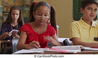 école, main femelle, étudiant, essai, pendant, classe, élévation