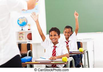 école primaire, étudiants, bras haut