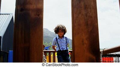 écolière, école, mélangé-race, vue, cour de récréation, jour ensoleillé, jouer, devant, 4k