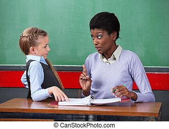 écolière, bureau, prof, femme, réprimande