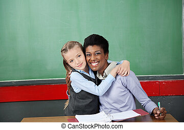 écolière, heureux, prof, Étreindre, bureau