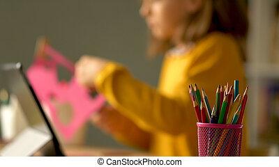 écolière, home., enfants, education, exécute, distance, dehors, paper., tâche, créatif