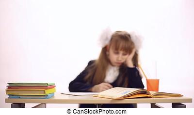 écolière, séance, à, bureau scolaire