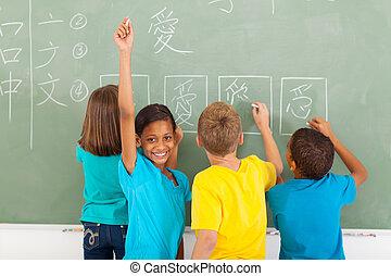 écolière, tableau noir, après, écriture chinoise