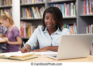 écolier, fonctionnement, ordinateur portable, bibliothèque, élevé, femme, portrait