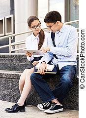 écoliers, utilisation, dehors, tablette, numérique