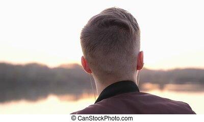 écoute, dos, surprenant, musique, regarde, homme, sunset.,...