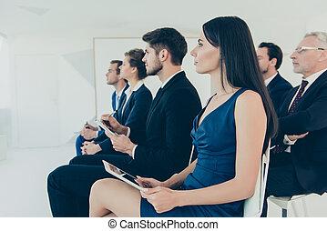 écoute, jeune, conférence, directeurs, affaires rapportent, réussi