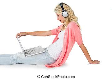 écoute, séance, ordinateur portable, jeune, musique, joli, utilisation, blond