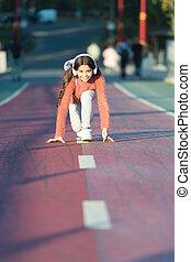 écouter, mp3, prêt, girl, debout, heureux, peu, outdoor., player., début, start., manière, ready., headphones., book., courant, ligne, gosse, audio, reussite, girl., quoique, music.