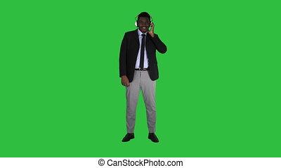 écouteurs, chroma, écran, américain, vert, key., écoute, homme affaires, musique, afro, beau