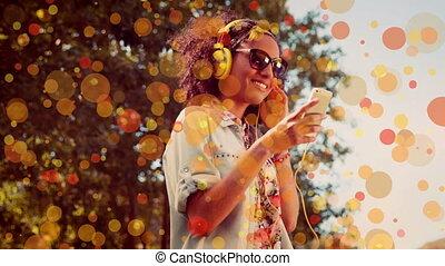 écouteurs, danse, mélangé-race, sien, heureux, musique, elle, écoute, quoique, femme, remerciement