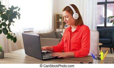 écouteurs, ordinateur portable, femme, fonctionnement maison