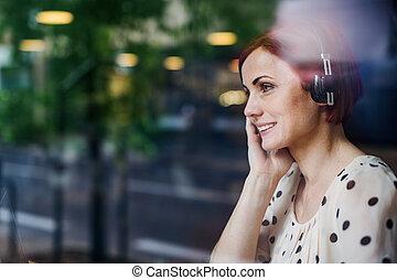 écouteurs, portrait, séance femme, coup, table, café, par, verre.