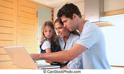 écran, regarder, ordinateur portable, famille