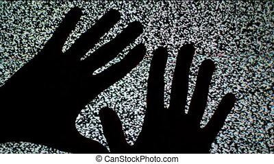 écran tv, mains haut, ramper, mâle