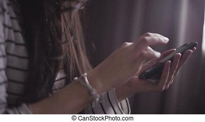 écrire, message., smartphone, femme, gros plan, métrage, mains, jeune, utilisation
