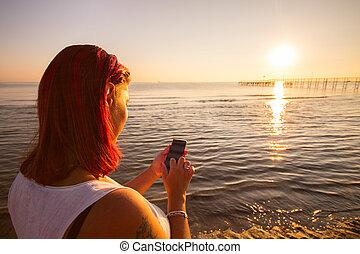 écrire, plage, coucher soleil, beau, smartphone, femme