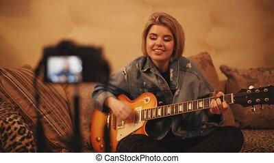 écrit, vidéo, jeux, guitare, comment, blogger, chante, base, jeune, sur, girl, elle