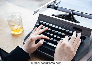 écriture, machine écrire, vieille femme, mains