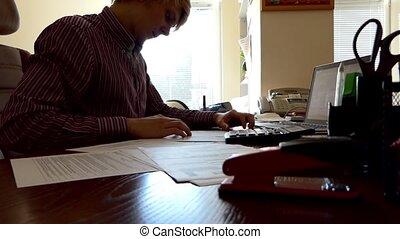 écriture, quelque chose, fonctionnement, bas, jeune, bureau, homme, pc