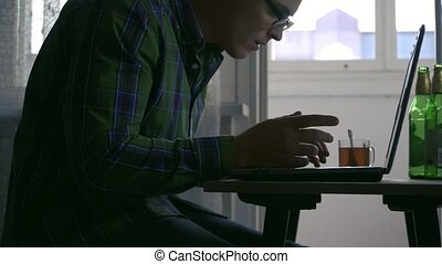 écrivain, bouteilles, thé, ordinateur portable, bière, day., papier, cigarettes, table, pas, maison, programmeur, travaux, ou, premier
