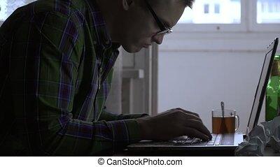 écrivain, bouteilles, thé, travaux, débuts, ordinateur portable, bière, cigarette., premier, ou, day., papier, cigarettes, maison, pas, table, programmeur, obtient, fâché, fumer, homme