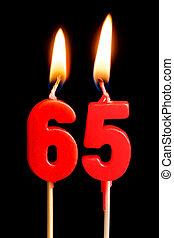 égető, gyertya, alatt, a, forma, közül, 65, hatvan, ive, számolás, (numbers, dates), helyett, torta, elszigetelt, képben látható, fekete, háttér., a, fogalom, közül, misét celebráló, egy, születésnap, évforduló, fontos, dátum, ünnep, asztal letesz
