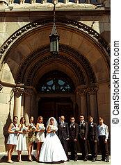 église, groomsmen, couple, pose, demoiselles honneur,...
