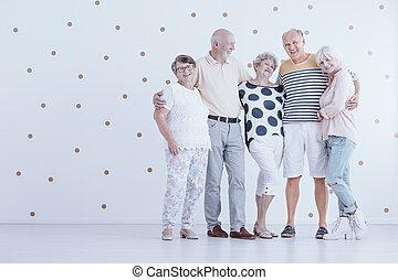 ékezetez, csoport, arany, ölelgetés, más, műterem, öregedő, mindegyik, fehér, barátok