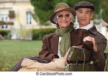 élégant, couple, banc, parc, séance